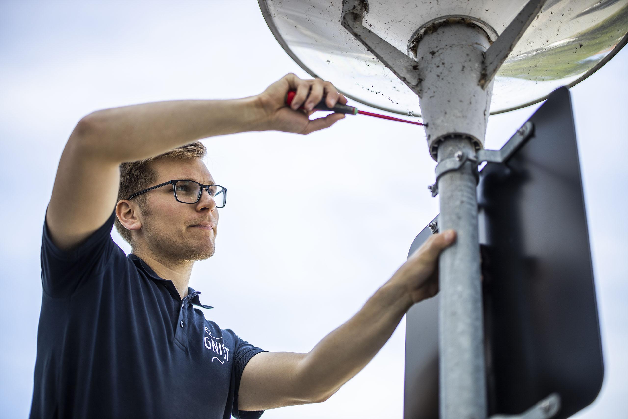 Elektriker reparerer gadelys